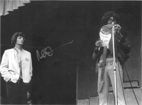 Al Kooper watching Jimi Hendrix' soundcheck